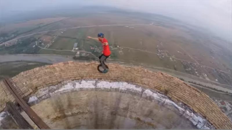 Malabarista equilibra-se a 250 metros de altitude