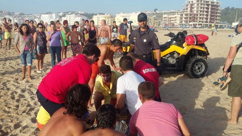 Resgate de veraneantes do mar na praia da Nazaré