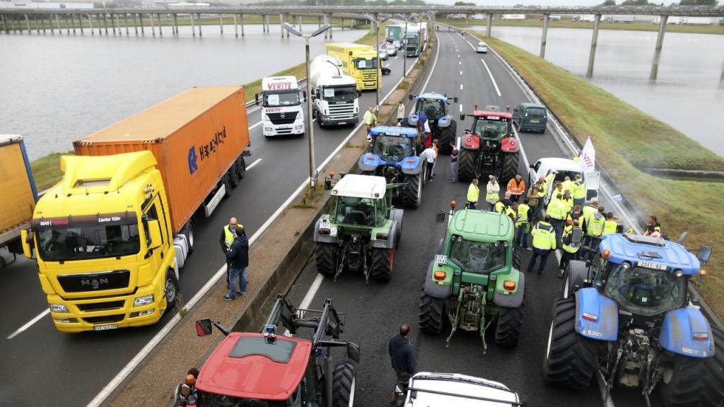 Habitantes de Calais e camionistas exigem encerramento de campo de refugiados