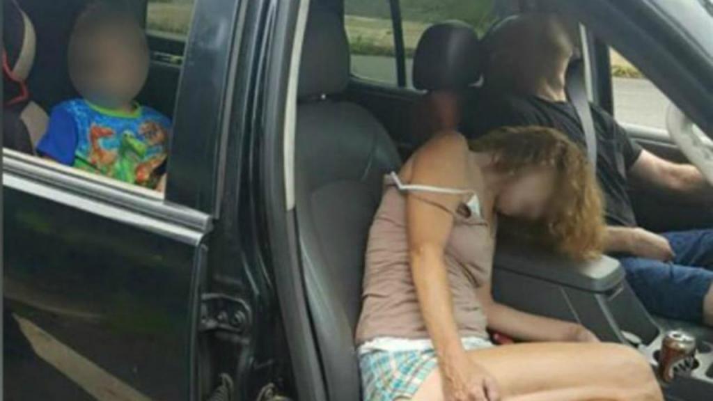 Casal encontrado em overdose com o filho no carro