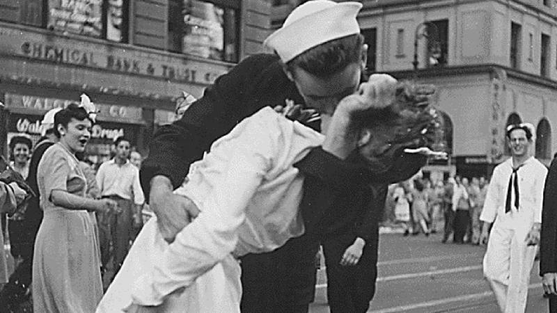 Greta Friedman e George Mendonsa - a icónica foto da II Guerra Mundial