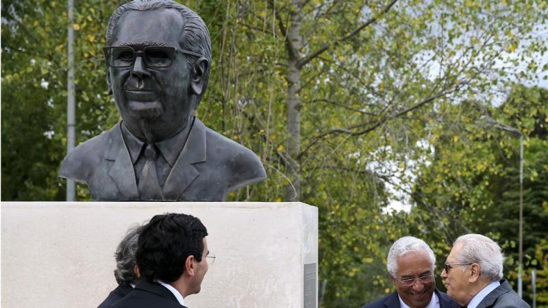 António Costa e António Arnaut - inauguração do busto do criador do SNS