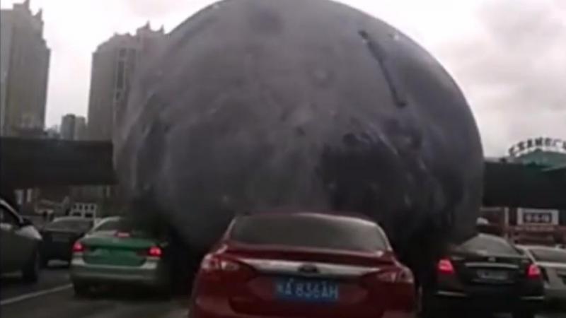 Balão gigante solta-se na China