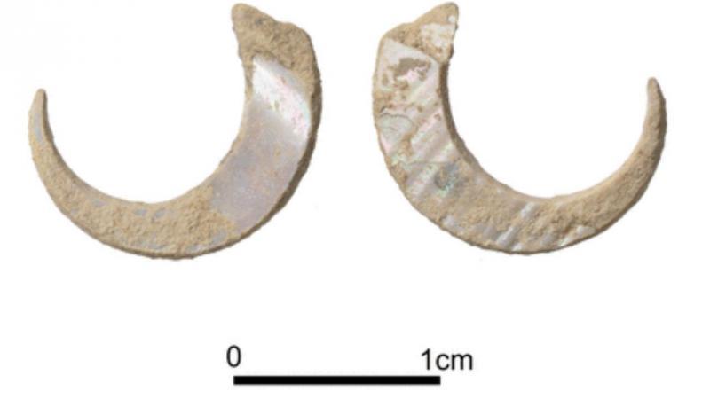 Pares de anzóis encontrados na caverna de Sakitari