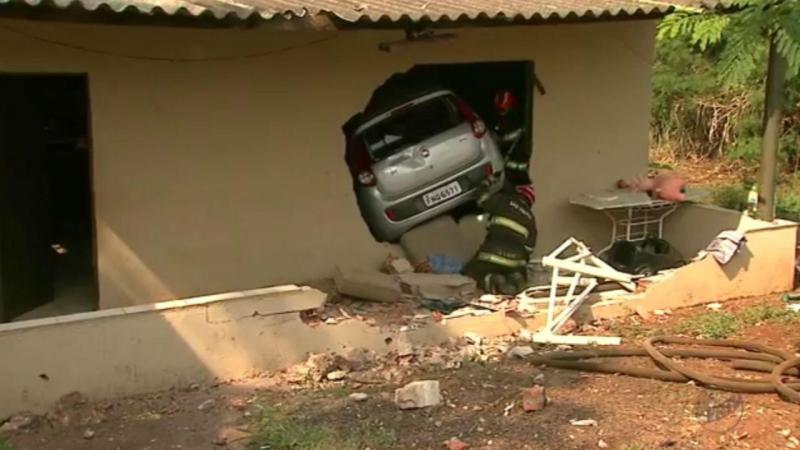 Carro invade casa e atropela criança