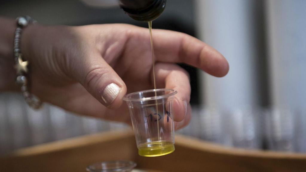 Azeite é uma gordura boa, mas tem de ser usada com moderação. Uma collher equivale a 119 calorias