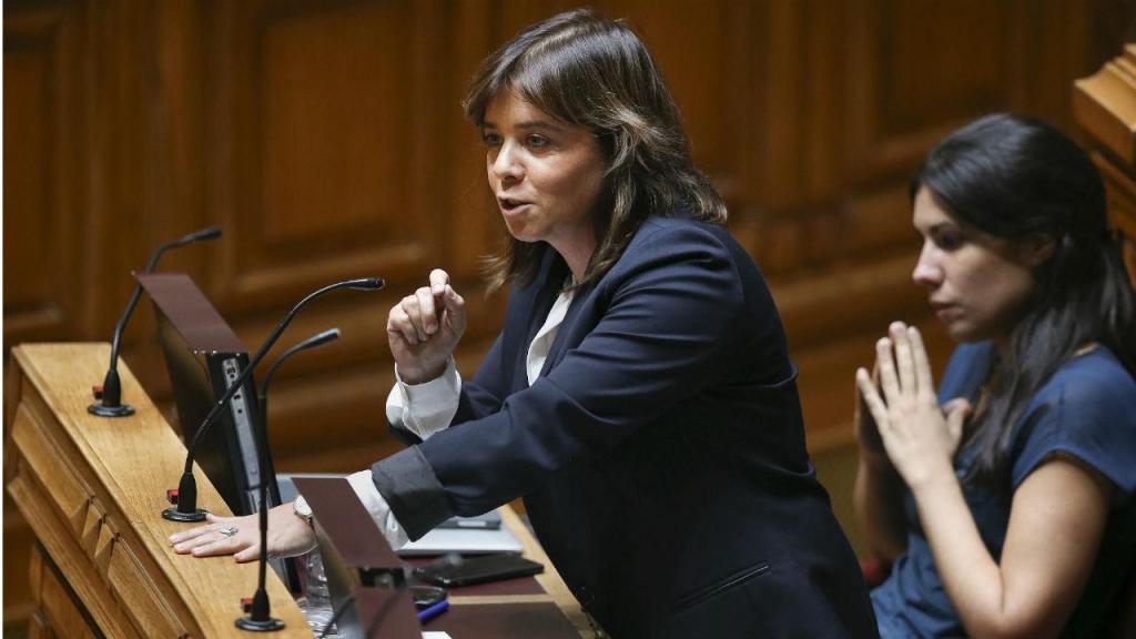 Mariana Mórtágua ouve intervenção de Catarina Martins no dabate quinzenal com o Governo