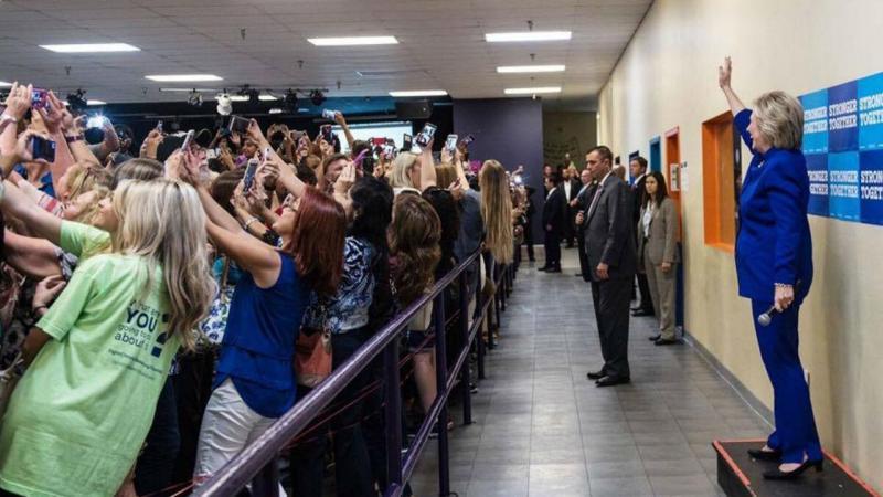 Apoiantes recebem Hillary de costas... para tirar uma selfie