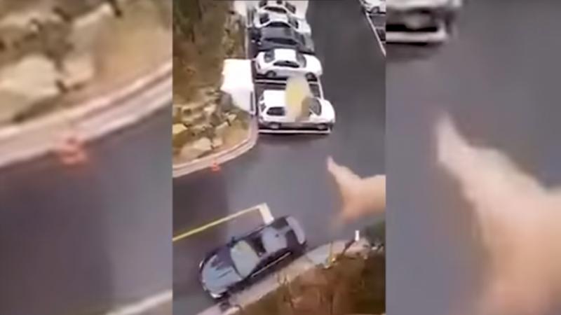 Mulher atira sandes da varanda do prédio e acerta no carro do marido