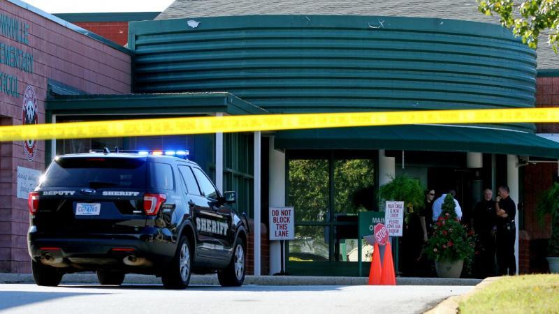 Adolescente mata pai e faz três feridos em escola