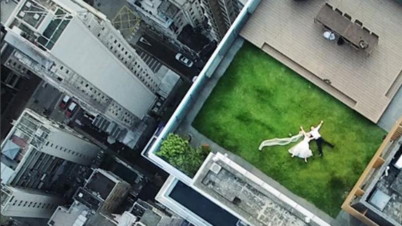 Casal fotografado acidentalmente por um drone