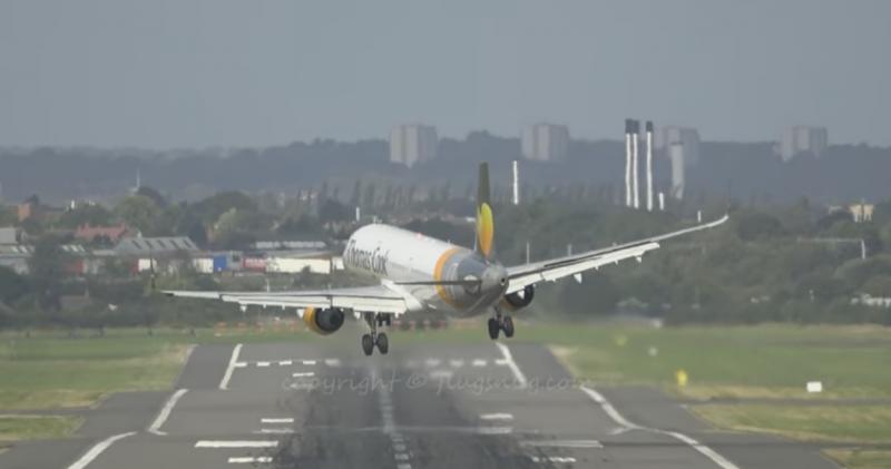 Avião falha aterragem no Aeroporto Internacional de Birmingham