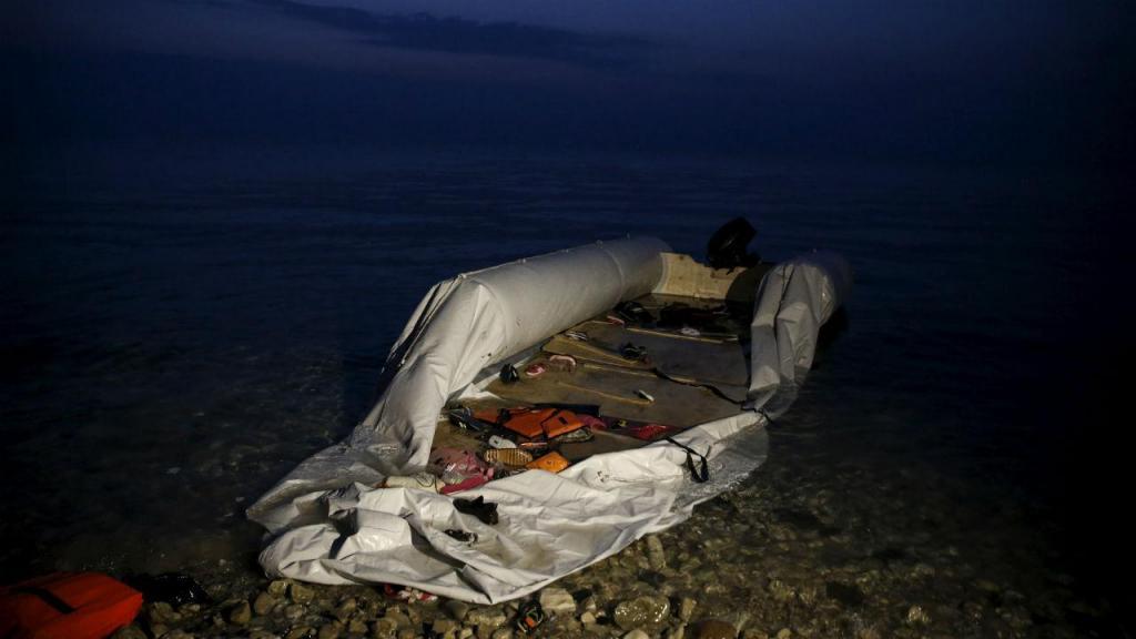 Coletes e barcos abandonados por migrantes em Lesbos, na Grécia