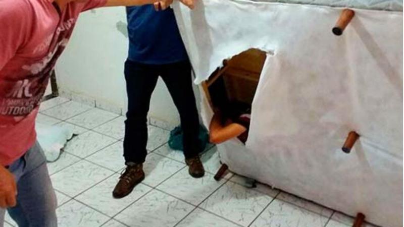 Falsificador apanhado pela polícia escondido no forro de um sommier