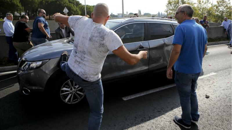 Taxistas vandalizam Uber durante o protesto promovidoem Lisboa