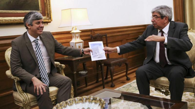 Mário Centeno entrega Orçamento do Estado para 2017 no Parlamento