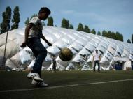Refugiados e o futebol: crianças jogam em Berlim