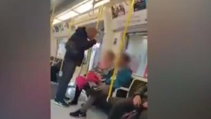 Mulher persegue indivíduo que agrediu homem asiático em Londres
