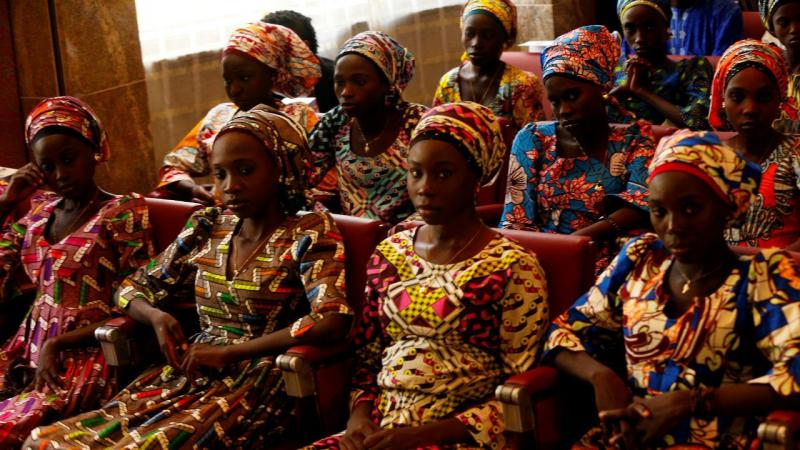 Presidente da Nigéria recebe estudantes de Chibok libertadas pelo Boko Haram