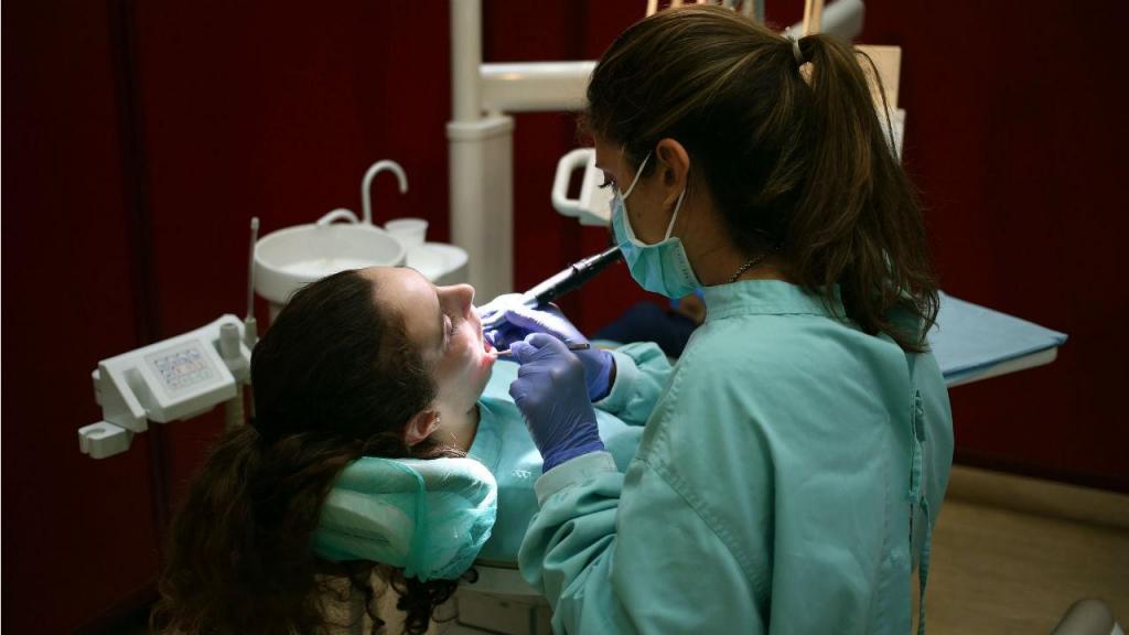 Alunos da Faculdade de Medicina Dentária da Universidade do Porto dão consultas a preços reduzidos