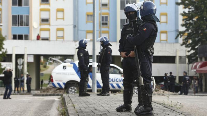 Elementos da PSP durante a operação conjunta com a PJ, que culminou com vários detidos e com a apreensão de armas e de doses elevadas de droga