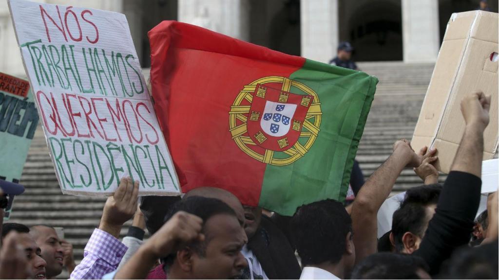 Imigrantes protestam em frente ao Parlamento