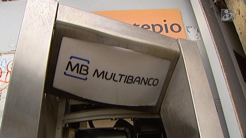 Máquina ATM destruída na Parede