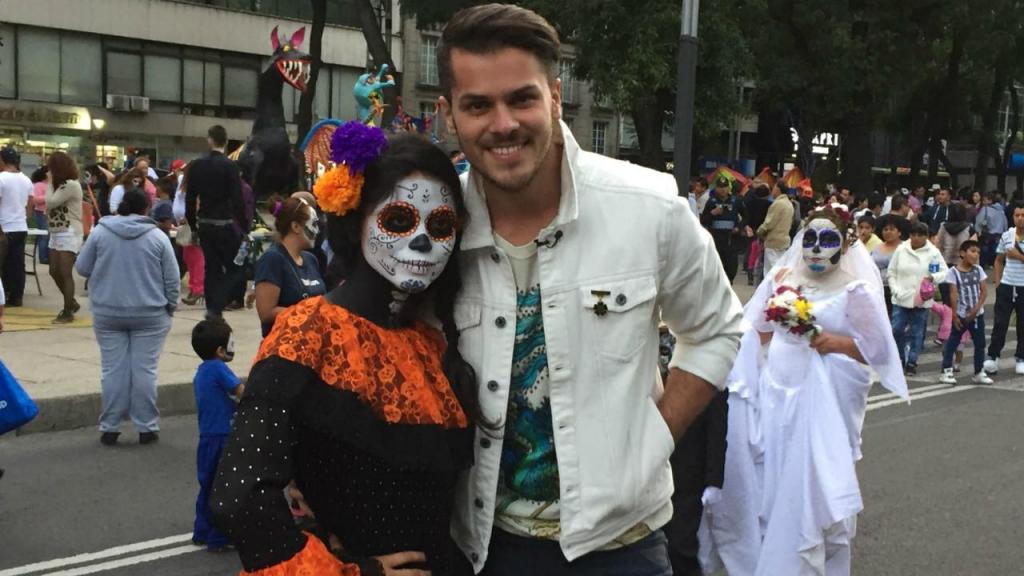 Mickael Carreira assiste ao desfile do Dia de los Muertos