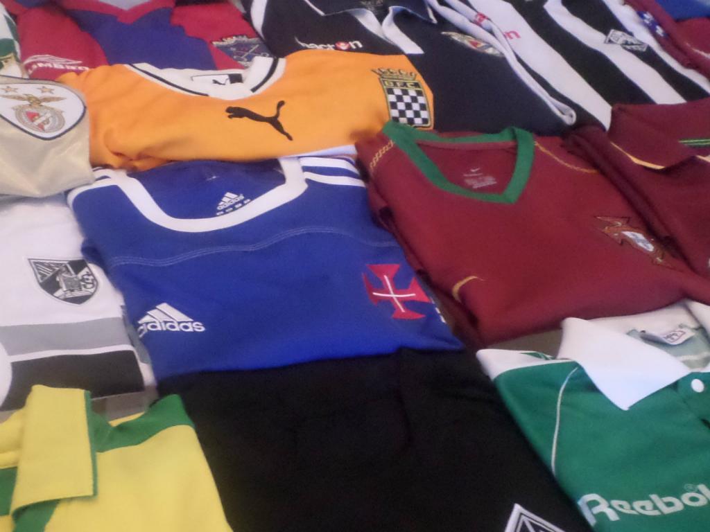 Pediu-me para eu entrar na loja de desporto em frente e escolher duas  camisolas novas em troco daquela de Portugal 467dc440fbc03