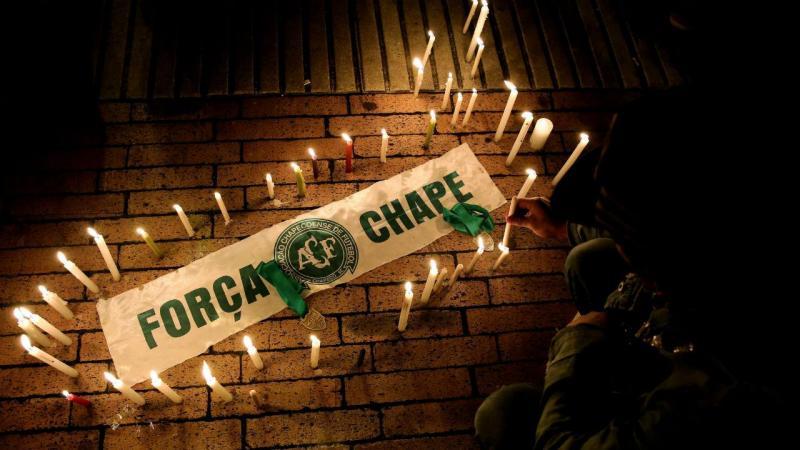 Vigília pelas vítimas do acidente aéreo na Colômbia