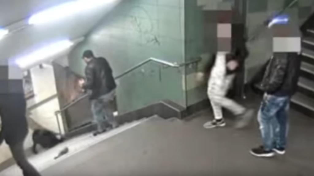 Homem pontapeia mulher no metro de Berlim
