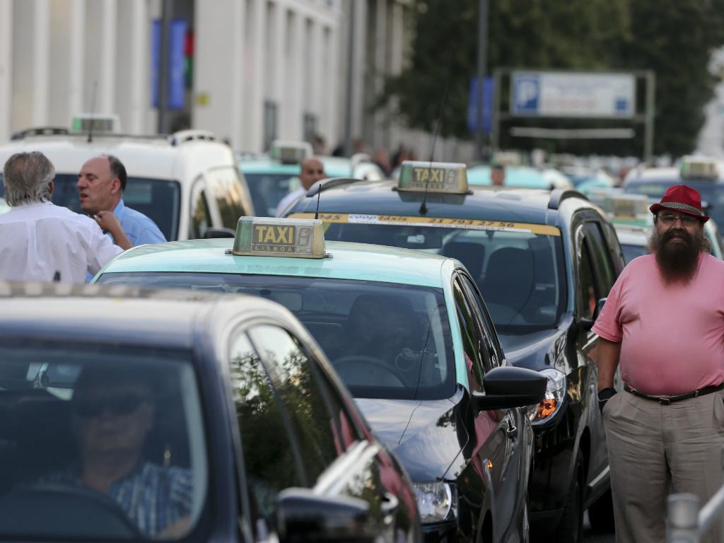 4 - Táxis vs Uber
