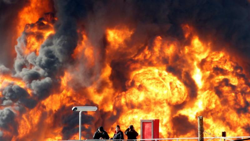 Incêndio numa refinaria de petróleo