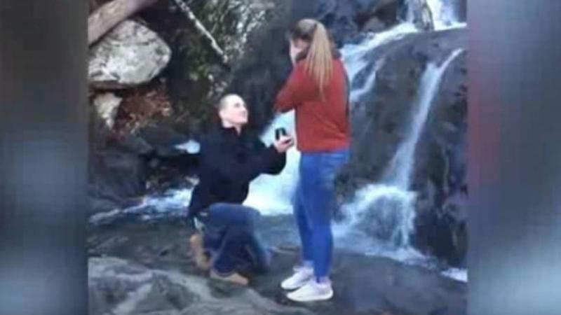 Homem deixa cair anel de noivado em cascata