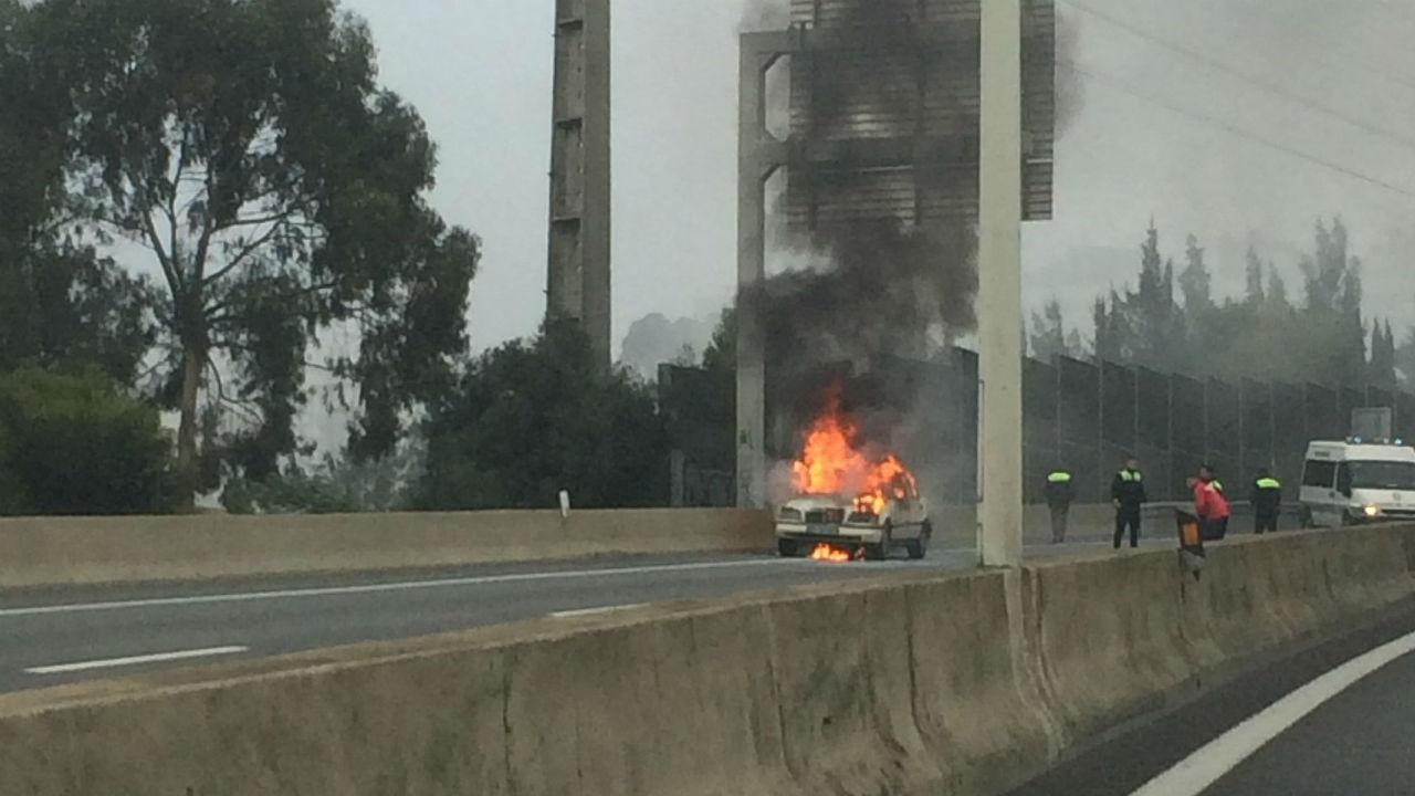 Carro incendeia-se na A5
