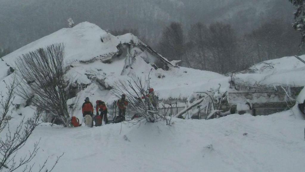 Equipas de resgate procuram sobreviventes