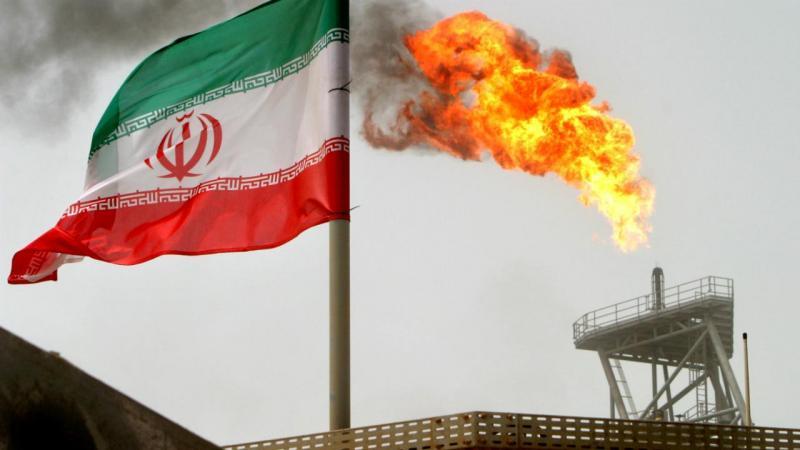 Irão - bandeira junto a plataforma petrolífera