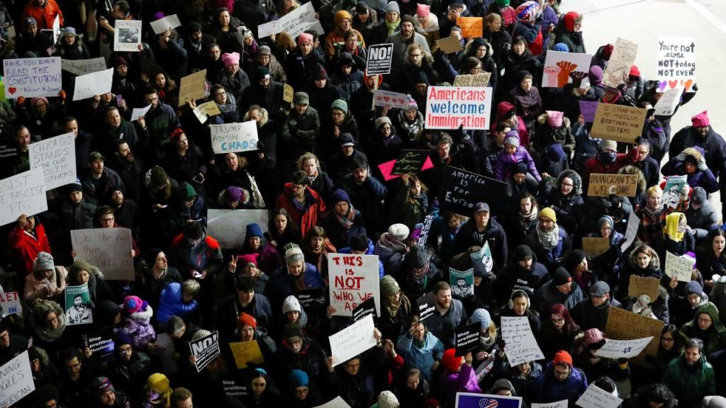 Protestos anti-Trump no aeroporto de Chicago