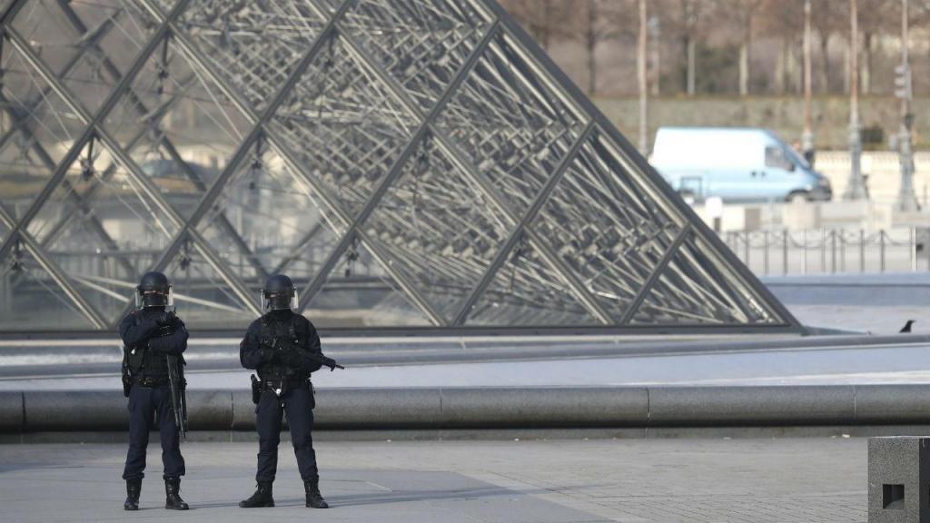 Militar dispara sobre homem que o tentou atacar junto ao Louvre, em Paris
