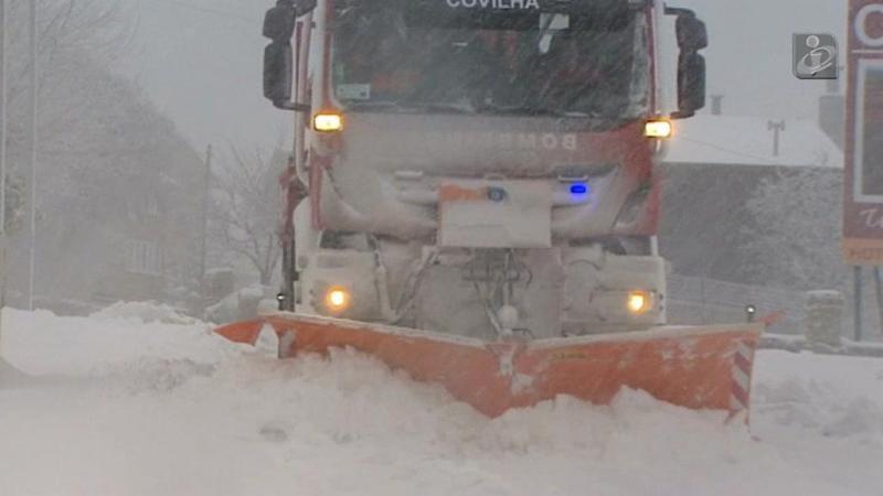 Queda de neve corta acessos à Serra da Estrela