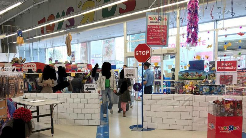 Muro a dividir EUA e México na Toys 'R' Us de Gaia causa polémica