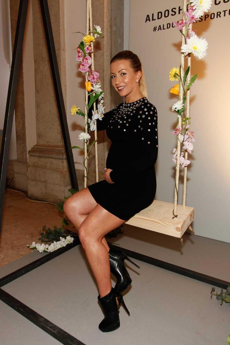 Laura Figueiredo de saltos altos e vestido curto às 34