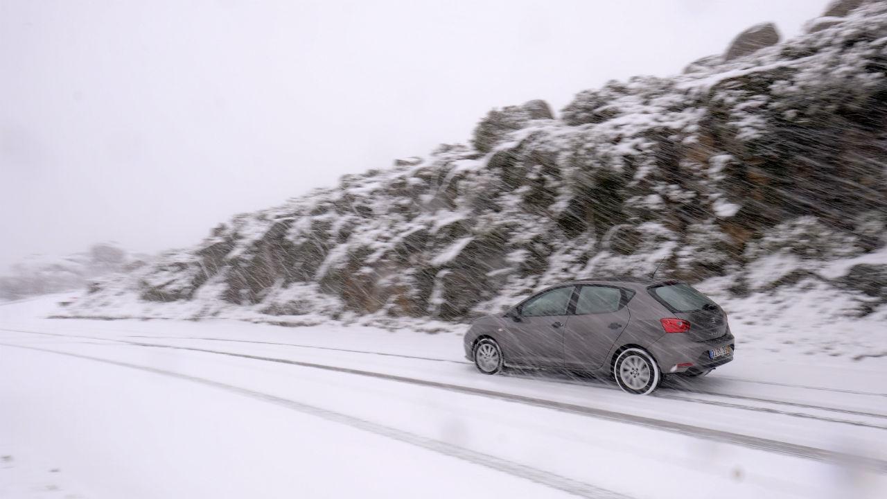 Neve cortou estrada em Viseu - TVI24