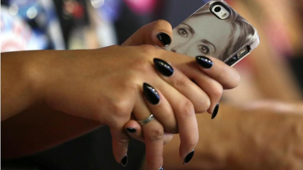 Smartphone com capa Hillary Clinton
