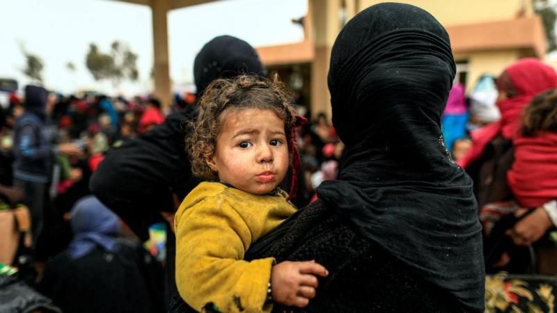 Civis fogem dos combates entre as forças iraquianas e o Estado Islâmico em Mossul
