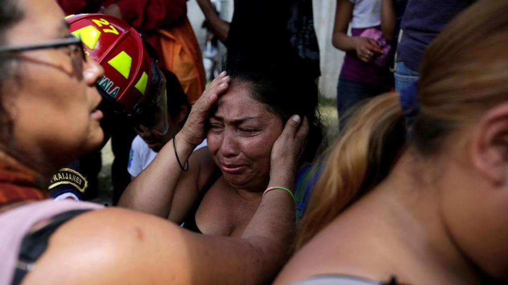 Familiares à espera de notícias após incêndio em lar de crianças na Guatemala
