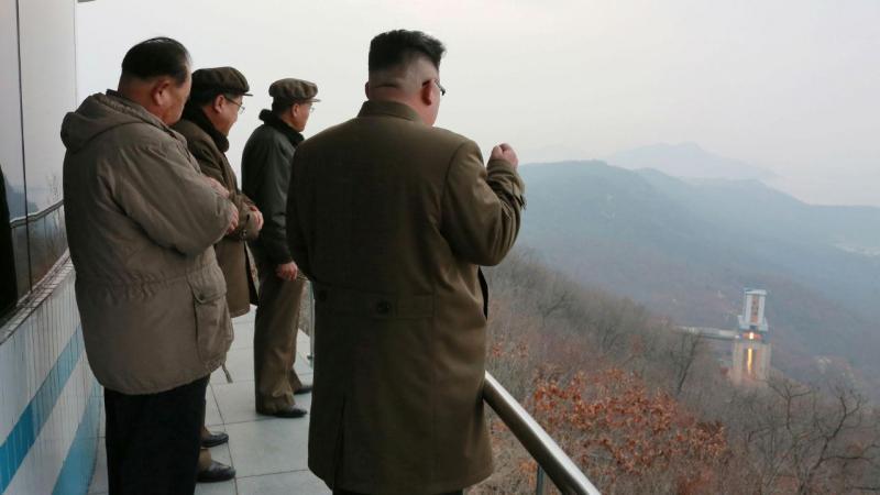 Líder da Coreia do Norte, Kim Jong Un, assiste a teste de motor de foguetão, 19 de março 2017