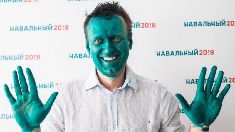 Ativista anti-Putin atacado com spray verde