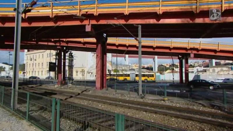 Trânsito junto ao viaduto de Alcântara