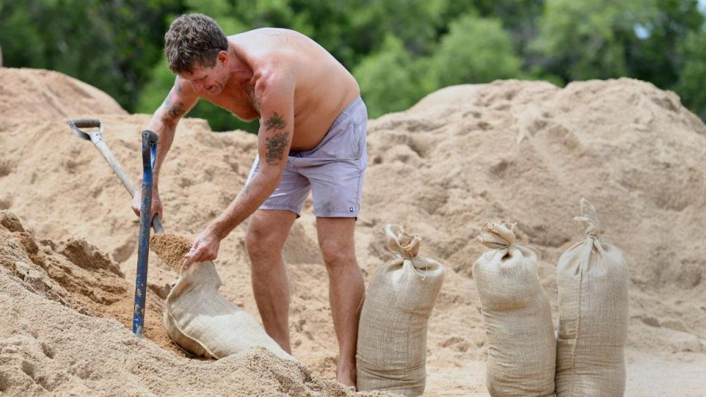 Residente de Townsville, Austrália, prepara chegada do furacão Debbie